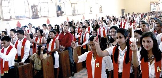 """Todos los jóvenes en el momento de encender la vela, que significa la """"Luz de Cristo"""" que ellos portarán toda su vida."""