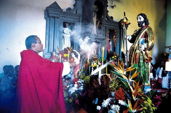 El padre Tony Salinas,  inciensa la imagen de Santiago Apóstol.