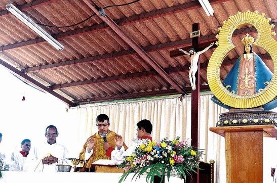 El padre Gilberto Chávez, nuevo párroco de El Salvador del Mundo, junto al padre Eugenio Aldana.