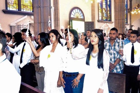 Alzando las velas, se comprometieron, en hacer brillar la luz de Cristo en sus vidas.