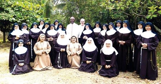 El Nuncio Apostólico, Monseñor Roberto y las hermanas Clarisas.