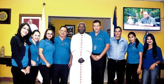 El Nuncio Apostólico MonseñorRugambwa  junto al personal del Semanario Católico Fides.