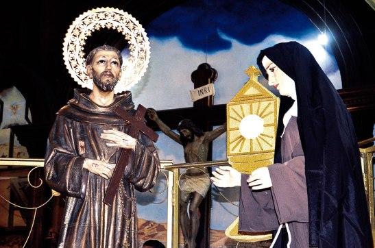 Un hermoso altar con la imagen de Santa Clara junto a San Francisco y Jesús Eucaristía se colocó a un costado del templo.