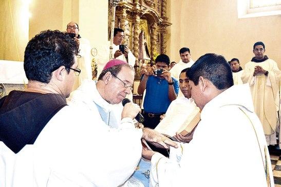 El Obispo unge con el Santo Crisma las manos del nuevo sacerdote.