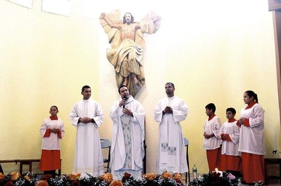 El presbítero Gerardo Vallecillo, acompañó al padre Marlon en la fiesta parroquial.