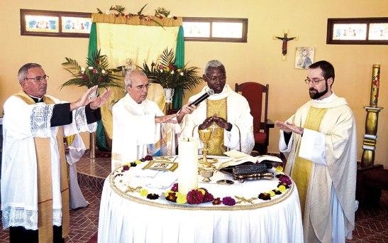 Monseñor Novatus, junto a los sacerdotes  Fredrik Hansen,  Andrés Porcel  y Francis Schiffer.
