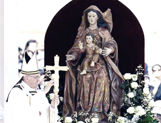 """"""" María cree y proclama que Dios no deja solos a sus hijos, humildes y pobres sino que los socorre con misericordia prematura."""