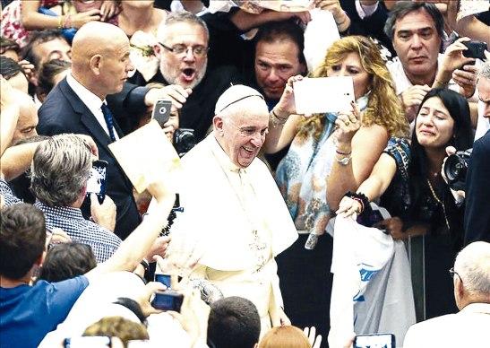 """Ante una multitud de peregrinos que lo avivaron, el Pontífice argentino aseguró que """" el trabajo pertenece al proyecto de Dios en la creación."""