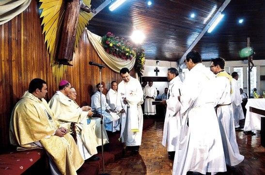 Antes de finalizar la Santa Eucaristía cada Decano le entregó los resultados de la II etapa del Sínodo Arquidiocesano el Juzgar al Cardenal Rodríguez.