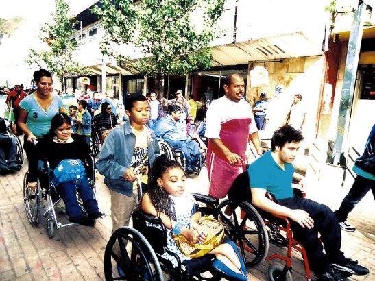 Padres, madres y hermanos acompañan en sus actividades a las personas con discapacidad.