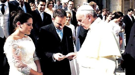 Francisco alentó a los jóvenes a acercarse al Sacramento del Matrimonio.
