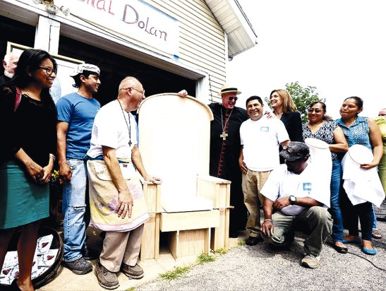 Jornaleros e inmigrantes construyen la silla que usará Francisco.