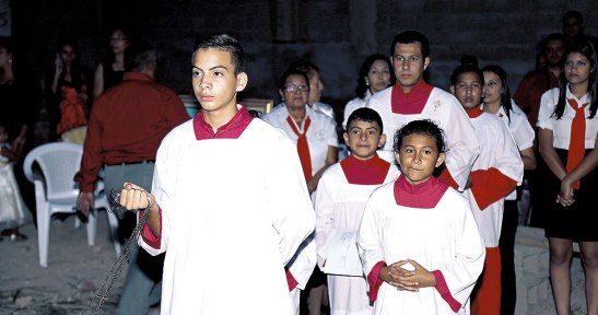 Los Monaguillos sirven frente al Altar en la Eucaristía.