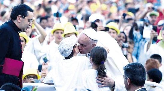 El papa en el encuentro con los jóvenes y monaguillos