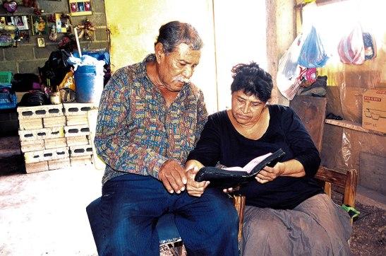 Margarita junto a su esposo, se han aferrado a la Palabra de Dios, para no volver a la vida de antes.