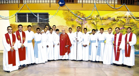 Seminaristas, sacerdotes diocesanos junto al Obispo Ángel Garachana.