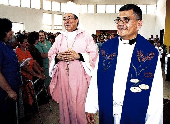 En el 2008, junto al Cardenal Óscar A. Rodríguez en la bendición de la nueva sede parroquial.