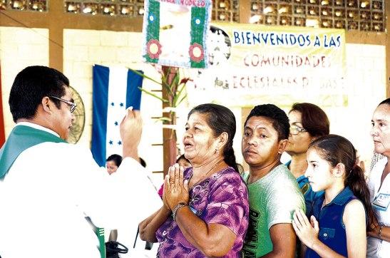 El padre Orlando Gonzáles distribuyendo la sagrada comunión.