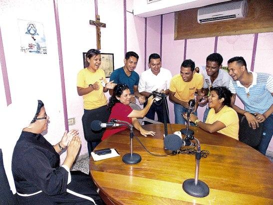 Los jóvenes contagiaron la alegría y entusiasmo en toda la radio maratón.