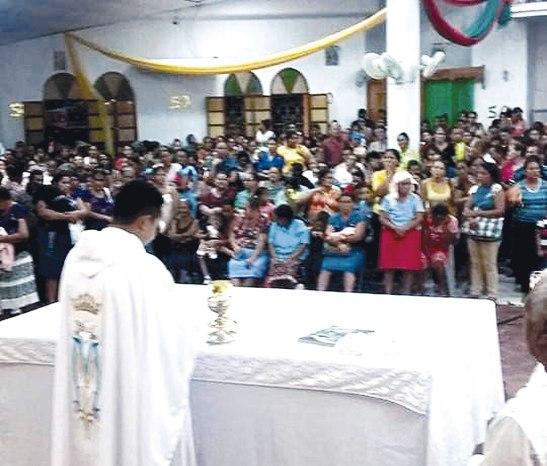 El padre Isidro celebrando la solemne Eucaristía.