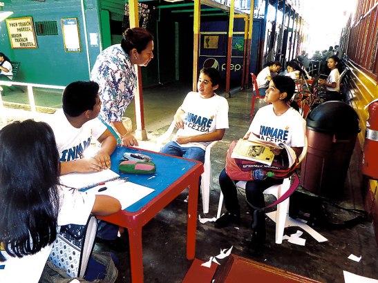 Colaboradora Paty guiando a los jóvenes estudiantes que alfabetizan.