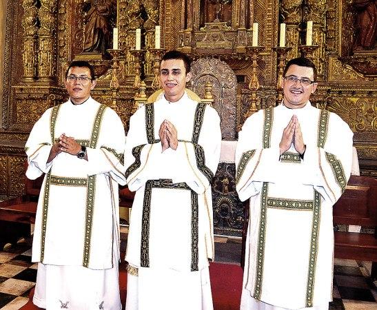 Los nuevos diáconos, Wilson, Santiago y Héctor sonrientes después de su ordenación.