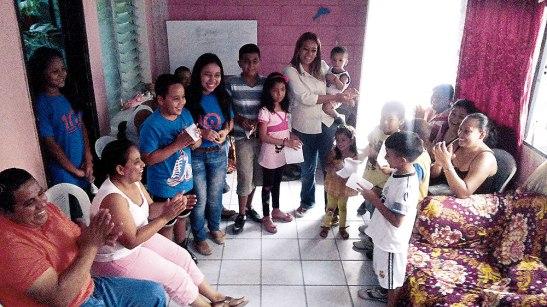 Las Familias Misioneras de las OMP-A, asumen que padre y madre son los primeros catequistas de hijas e hijos, función que no se puede delegar a las escuelas ni en los grupos.