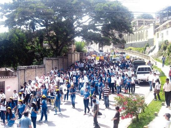 La caminata tuvo realce en las calles principales de la ciudad.