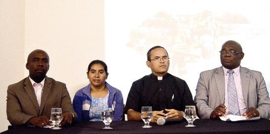 Representantes de las Etnias Indígenas y Afro hondureños, junto al expósitor padre Salinas.