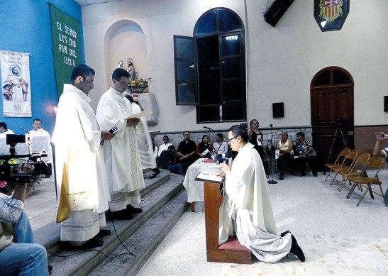 Momento en que el nuevo párroco profesó su fe.