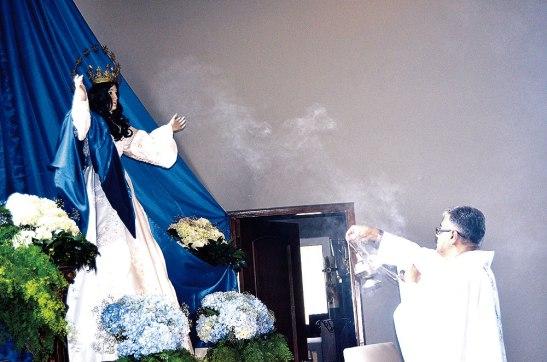 Momento en el que el Presbitero Fede Arbizú inciensa la imagen de Nuestra Señora del Tránsito.