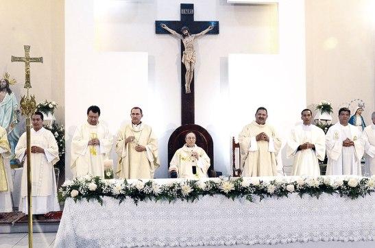 Varios sacerdotes y diáconos concelebraron, junto al Cardenal Rodríguez y Monseñor Pineda.