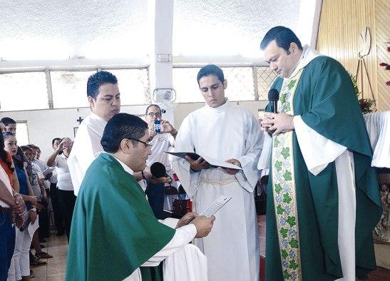 El padre Carlos Rubio en el momento de hacer su Profesión de fe, frente al padre Magno.