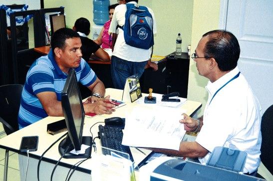 A diario llegan al Ministerio  de Trabajo personas a dejar sus papeles, en busca de una oportunidad de empleo.