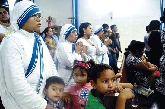 Parte de las Hermanas de la Caridad junto a los niños del Hogar Don de María.