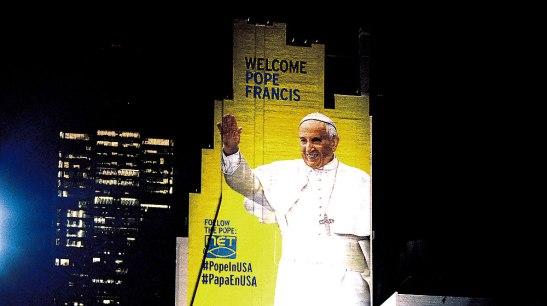 Desde la Octava Avenida y la calle 33 de la Gran Manzana, sobresale el mural que Israel Ochoa, un joven mexicano diseñó. La figura del Papa Francisco con su singular saludo que irradia alegría.
