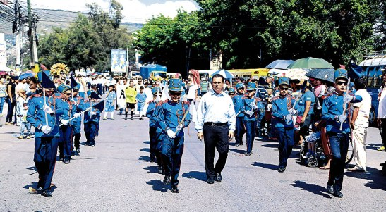 Durante los desfiles escolares y de institutos, resaltaron los uniformes, por sus colores tan llamativos para la población.