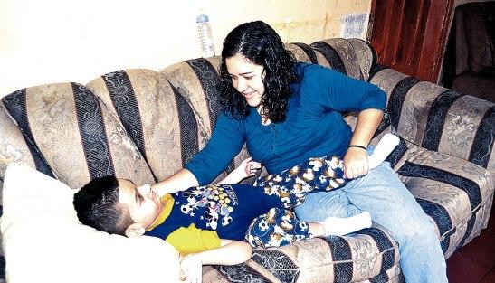 Dereck quien tiene ocho años con la ayuda de su madre ha logrado vencer muchos retos.