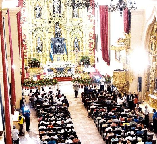 Durante el año, miles de feligreses llegan a la Catedral para rogar la intercesión del Príncipe de la Milicia Celestial en las diversas necesidades de la población.