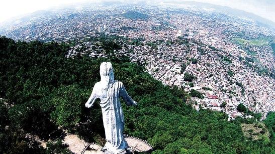 Desde el Cerro el Picacho hay una Imagen de Cristo Resucitado que observa la gran ciudad.