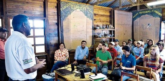 Pablo Dubón, jefe noroccidental del ICF, explica a periodistas la realidad del Cusuco.