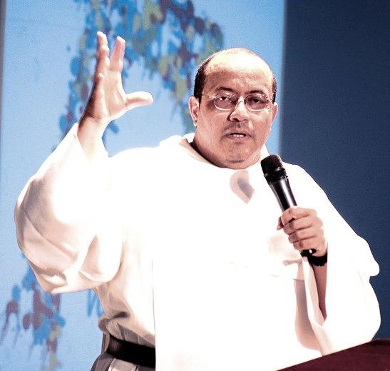Fray Nelson Medina predicando en San Pedro Sula.