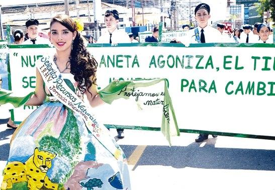 De manera atractiva la juventud mostró mensajes ecológicos.