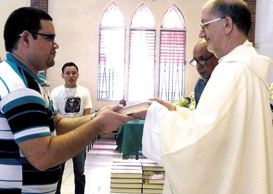 El padre Carmelo Velloso los acompaña en este proceso.