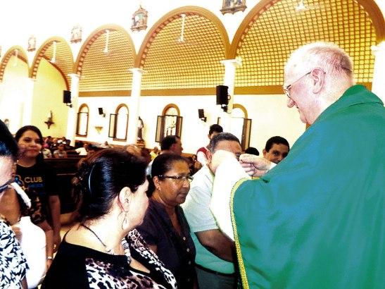 Monseñor Lenihan imponiendo la Cruz de envió.