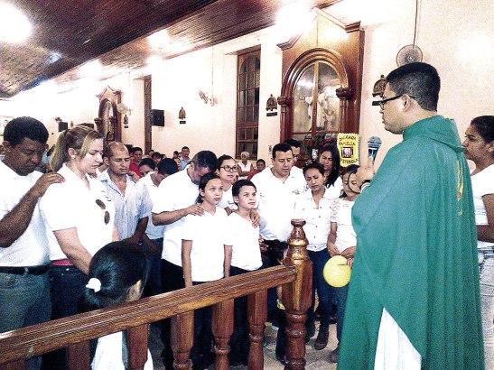 El padre Abel Triminio, párroco de El Paraíso, dio la bendición a varias familias que dieron una ofrenda al Señor.