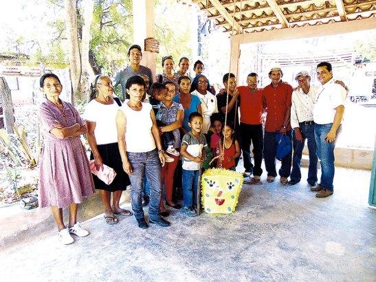 Las OMP-A entregaron arroz, frijoles, jugos, harina, chocolates y una piñata para las niñas y los niños de Los Encinitos, Sabanagrande.