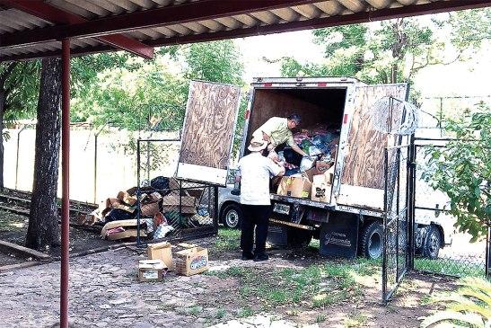 Con la ayuda de los feligreses y la población en general se logró llenar un camión lleno de víveres.