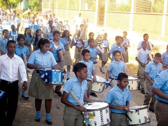 Los jóvenes portaban pancartas con la letra del Himno Nacional.