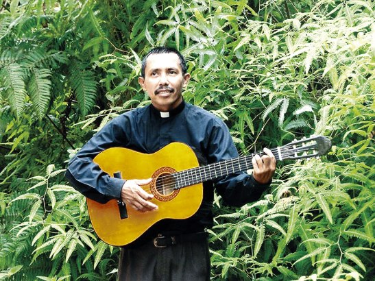 Foto en vida del padre Isaúl, siempre alegre con su guitarra.